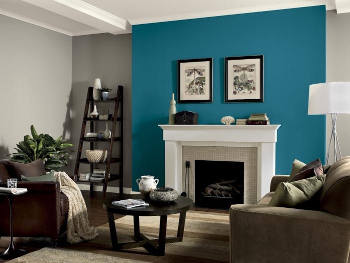quel pan de mur peindre pour agrandir la pièce décoration salon mur cheminée peinture bleue mur cadres noirs