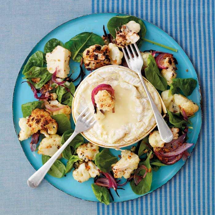 recette avec camembert au four garni de choux fleur et salade verte