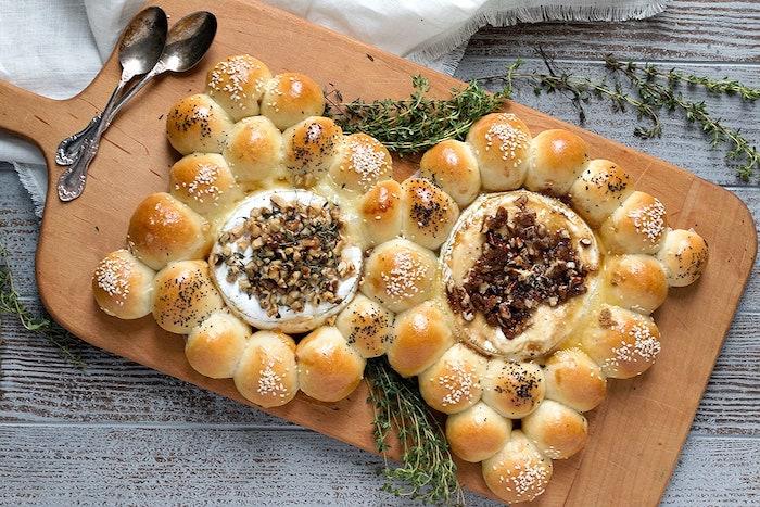 recette avec camembert roti au four entre des petits brioches garnides noic et thyme