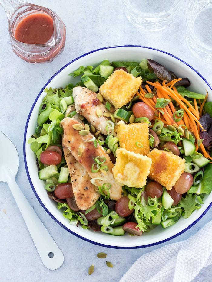 recette avec du camembert en salade verte avec des olives du poulet carottes rapes et vingarette de tomates