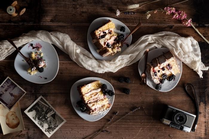 recette gâteau mûres dessert aux fruits rouges crème jaunes d oeufs lait sucre photos blanc et noir