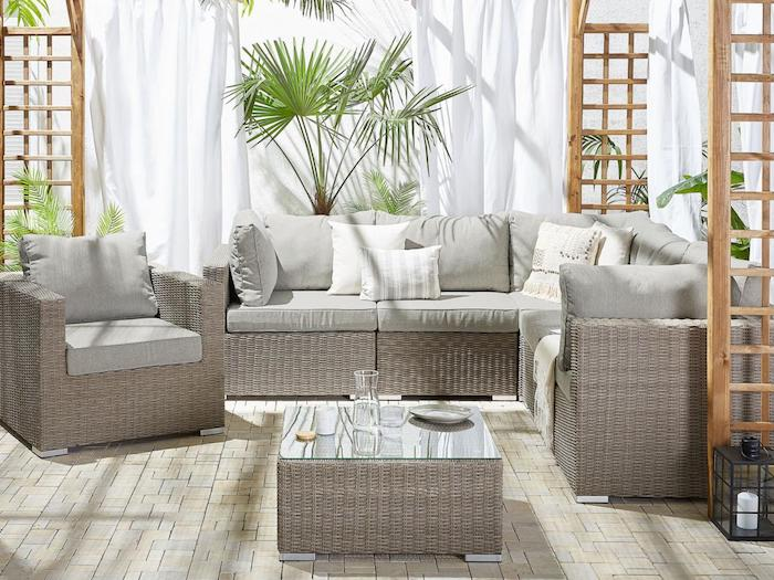 renover un fauteuil en roitn ensemble des meuble en osier avec des coussins décoratifs dans le jardin
