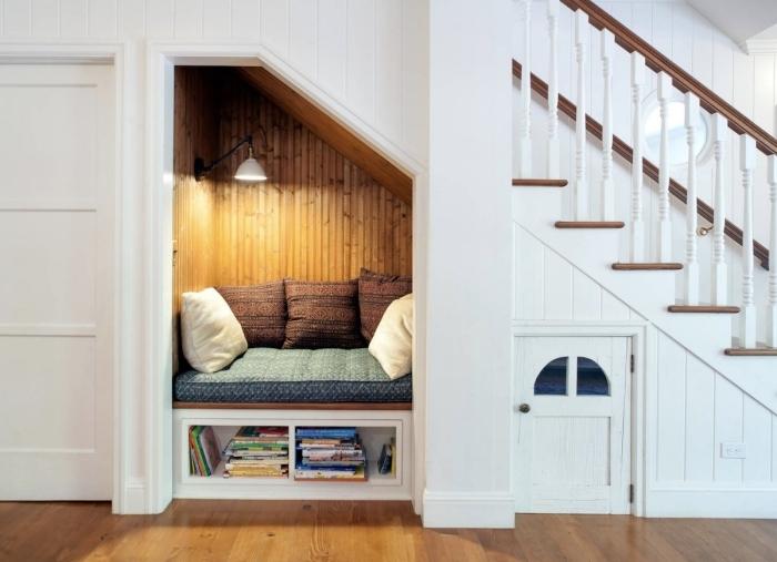 revetement de sol straitifé bois amenagement placard sous escalier niche cocooning coin lecture coussins