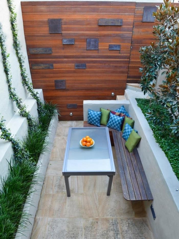 revetement mural cloture bois aménagement jardin petite surface banquette d angle coussins décoratifs