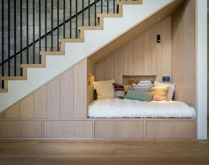 revetement mural panneaux bois aménagement sous escalier ouvert coin lecture cocooning niche murale