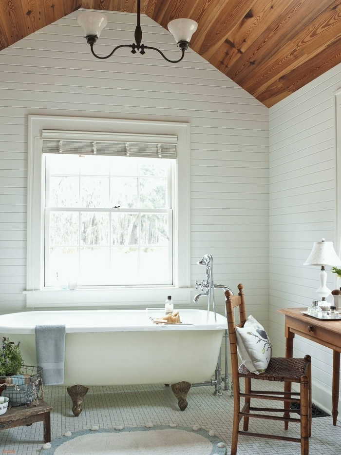 revetement mural panneaux bois blanc salle de bain naturelle plafond stratifié foncé baignoire