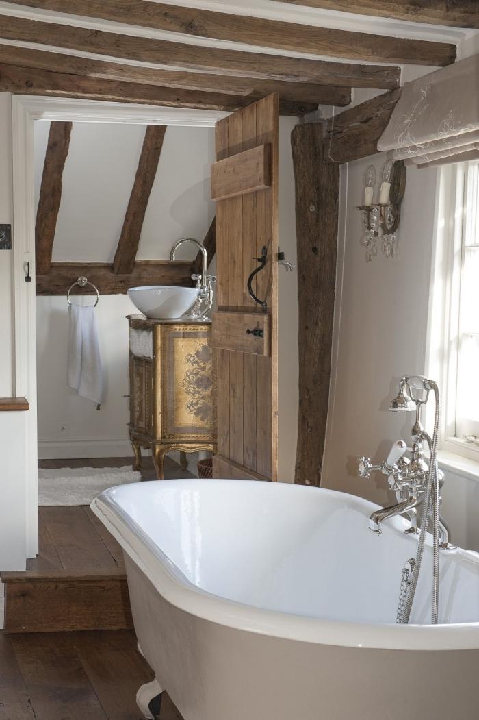salle de bain bois et blanc aménagement sous plafond poutres bois exposées revetement bois foncé sol