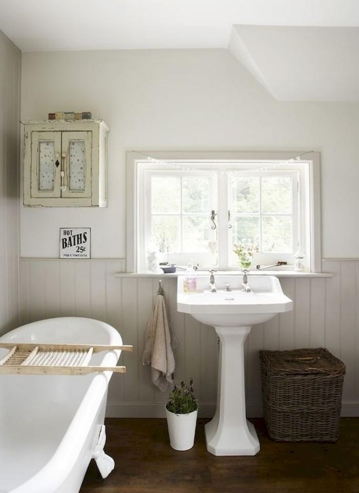 salle de bain campagne chic panier tressé rangement salle de bain plante verte sol bois foncé