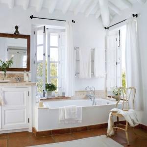 salle de bain campagne chic poutres plafond bois blanc carrelage terre cuite miroir bois foncé brut