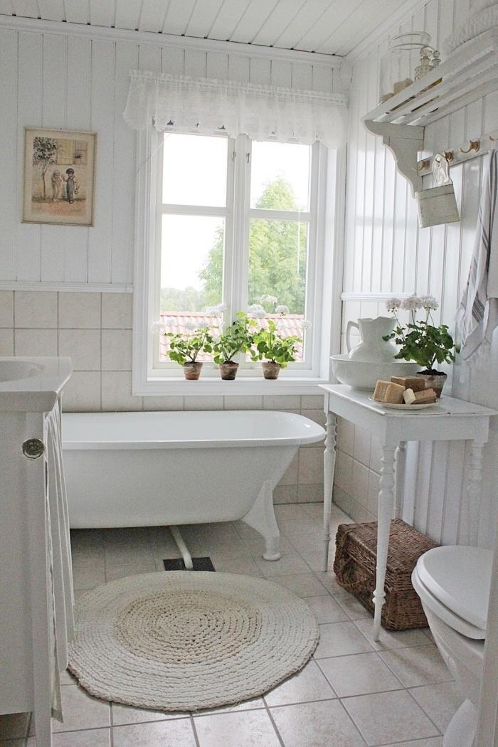 salle de bain chaleureuse décoration vintage meubles bois baignoire autoportante plantes vertes