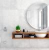 salle de bain en beton cire meubles suspendu en bois miroir rond dans la salle de bain