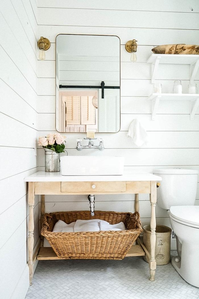 salle de bain naturelle décoration blanc et bois accessoires fibre végétale étagère murale blanche