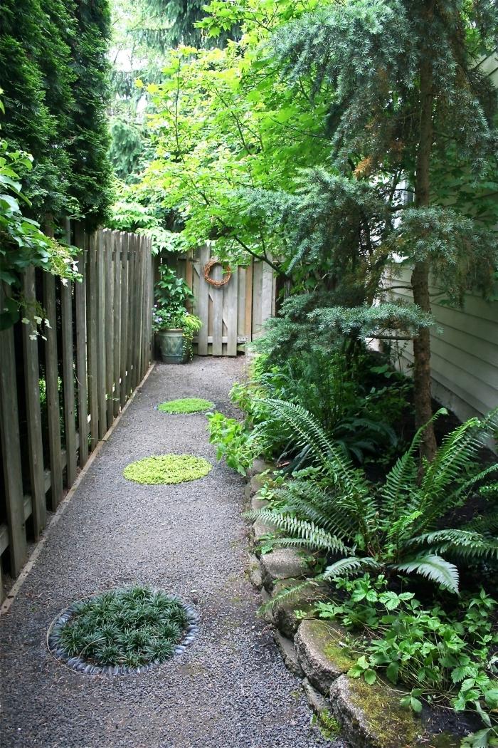 sentier chemin galets gazon idee amenagement petit jardin devant maison plantes vertes arbres