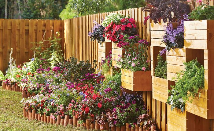 fabriquer un brise-vue naturel, separation jardin exterieur mur de bois avec plusiuers bacs de fleurs parterre de fleus colorée jardin de reve