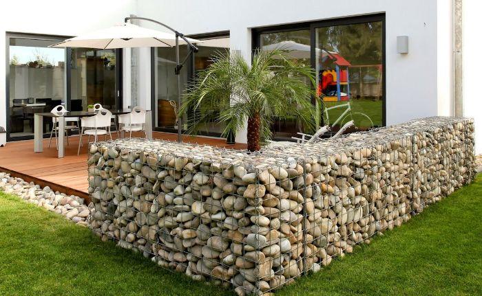 separer une terrasse avec cloture de gabion pierres naturelles coté rustique dépaysant maison moderne