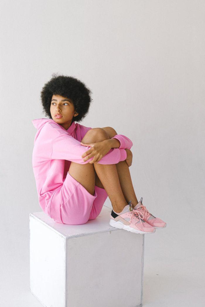 sneakers colorés en rose nori et gris exemple basket de luxe femme tenue rose