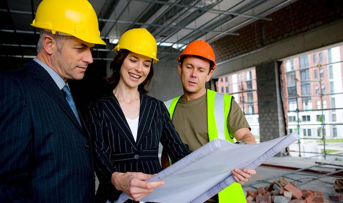 specialistes dans desamianation deux hommes avec une femme qui regarde un plan architect