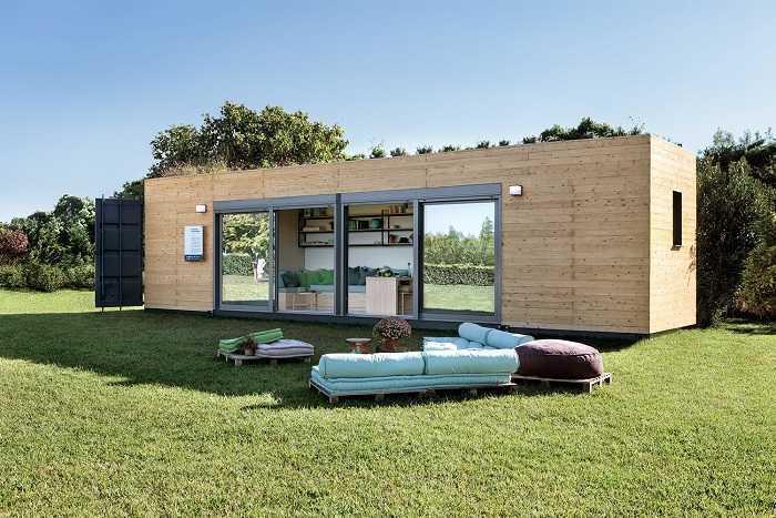 studio container en bois avec meubles de jarind sutues sur la pelouse verte