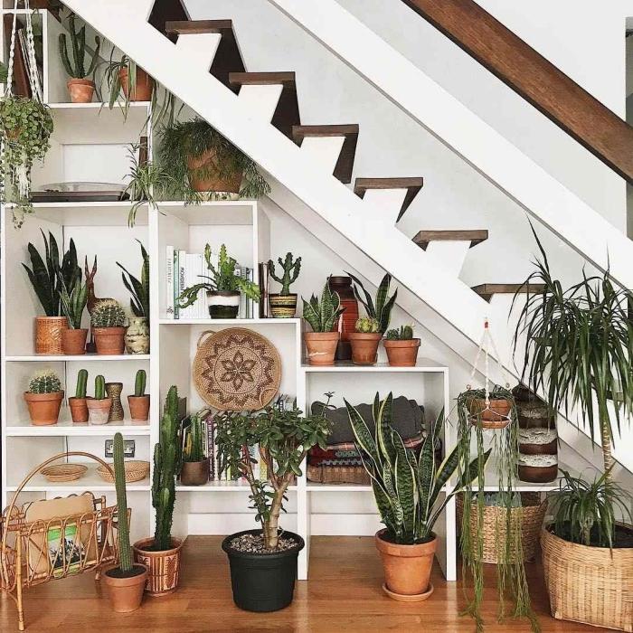 style bohème plantes vertes rangement sous pente ikea escalier marches bois blanc pots terre cuite