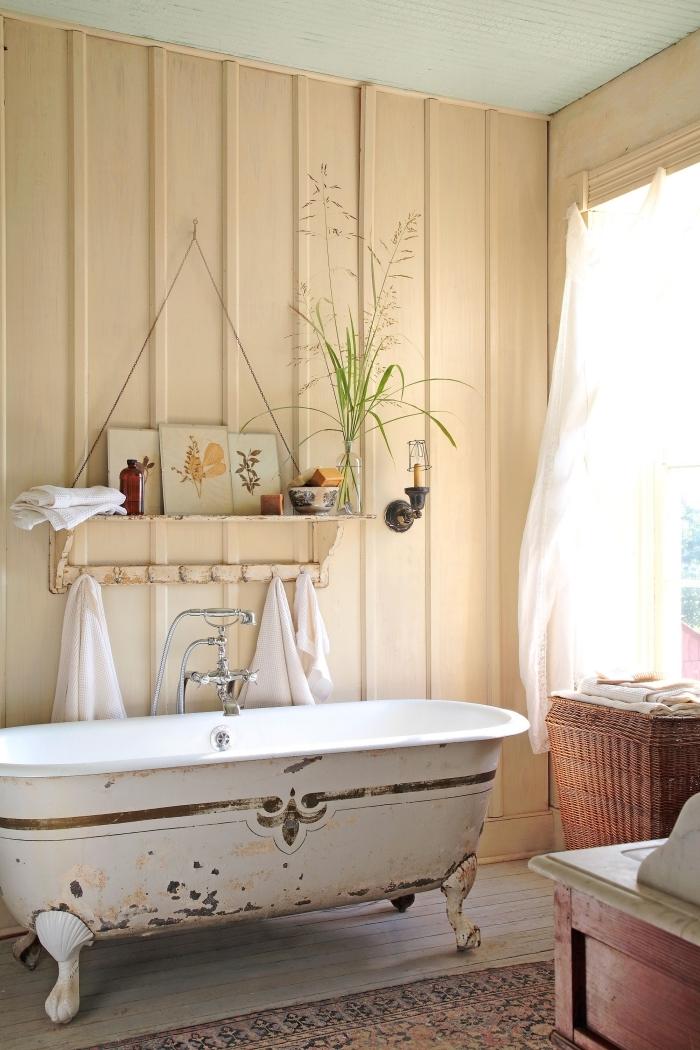style campagne chic revetement panneaux bois étagère suspendue style rétro baignoire vintage