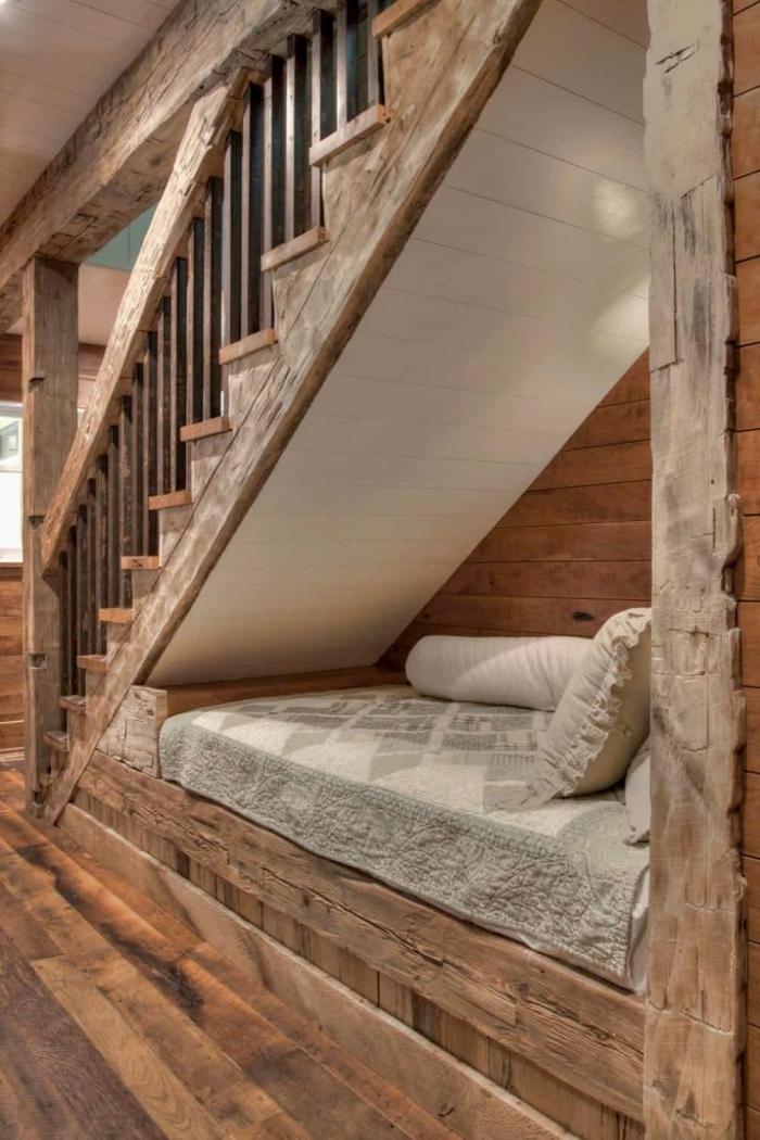 style intérieur rustique meuble sous escalier revetement parquet bois poutres apparentes bois