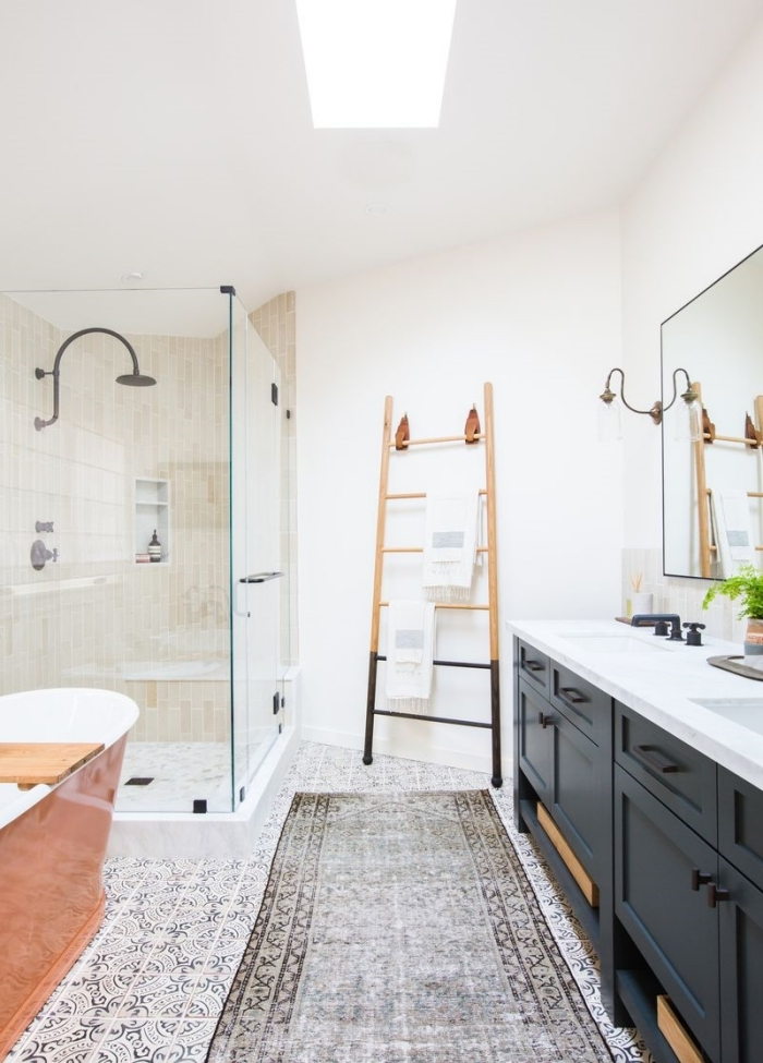 tapis de bain gris carreaux sol meuble sous lavabo noir deco campagne chic moderne échelle rangement