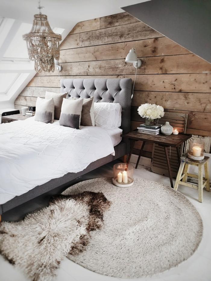 tapis fausse fourrure grenier aménagé décoration cocooning mur planches bois tete de lit boutonnée