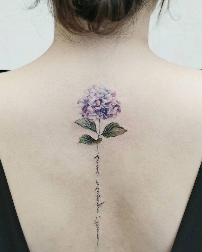 tatouage floral avec une image de lilac et signaturre sur le dos