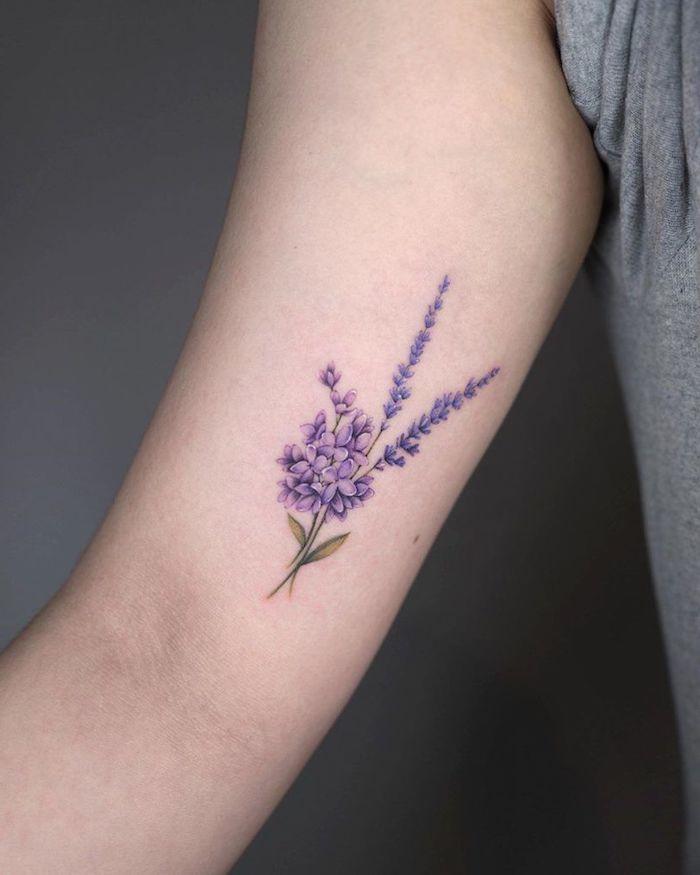 tatouage lavande minimaliste sur l avant bras d une femme jpeg