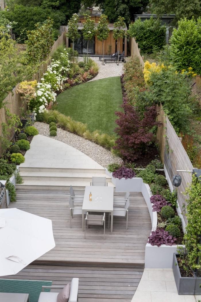 terrasse en bois revetement sol idee jardin paysagiste cloture bois haies gazon parasol aménager un petit jardin en longueur