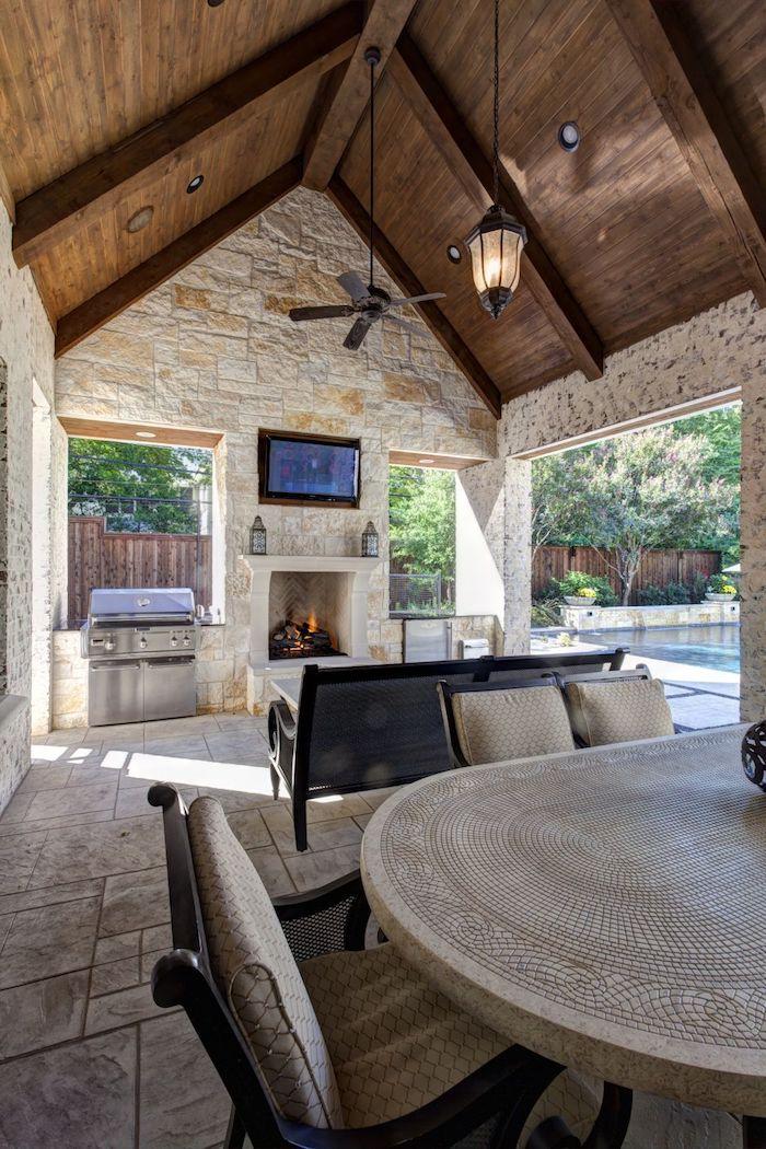 transformation d une veranda salle a menger avec des murs et sol en béton et une table en style rustique