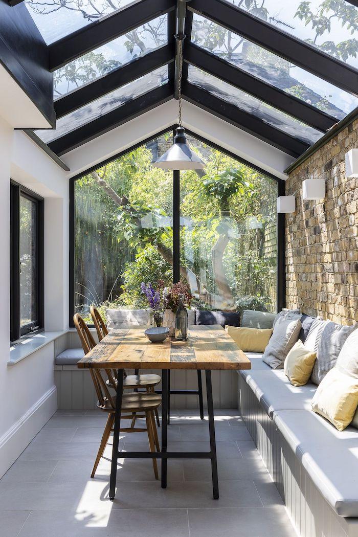 transfromation d un veranda salle a manger avec un banc addossé au mur en tuiles et un table en bois