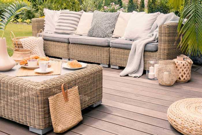 un beau jardin avec de la verdure des meubles et un sac en rotin des croissants sur la table de café