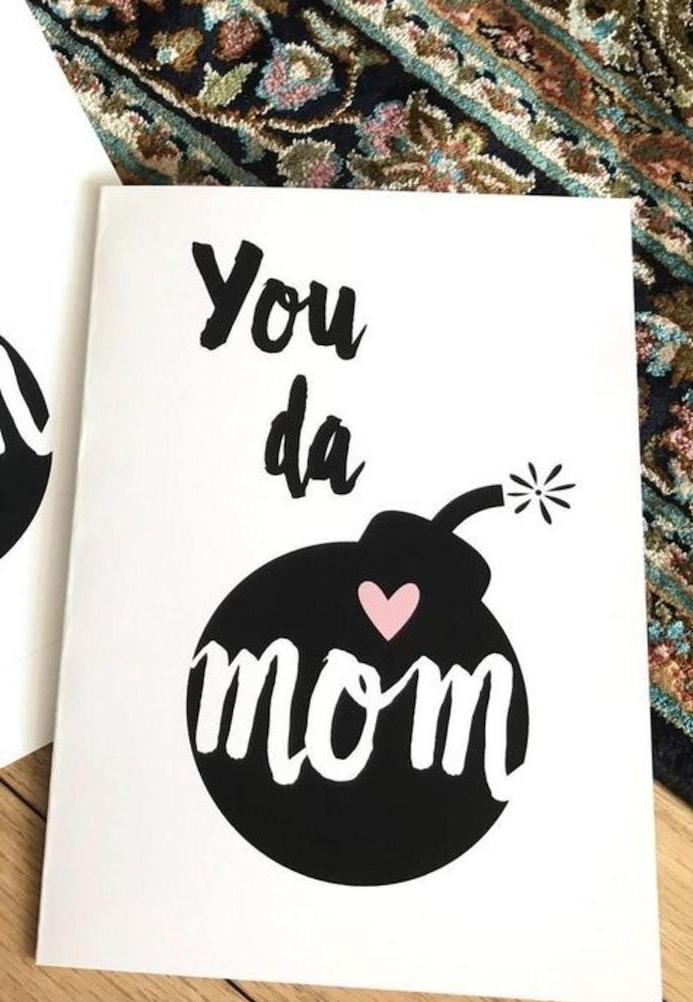 un dessin moderne bour carte fete des meres avec une bombe noire
