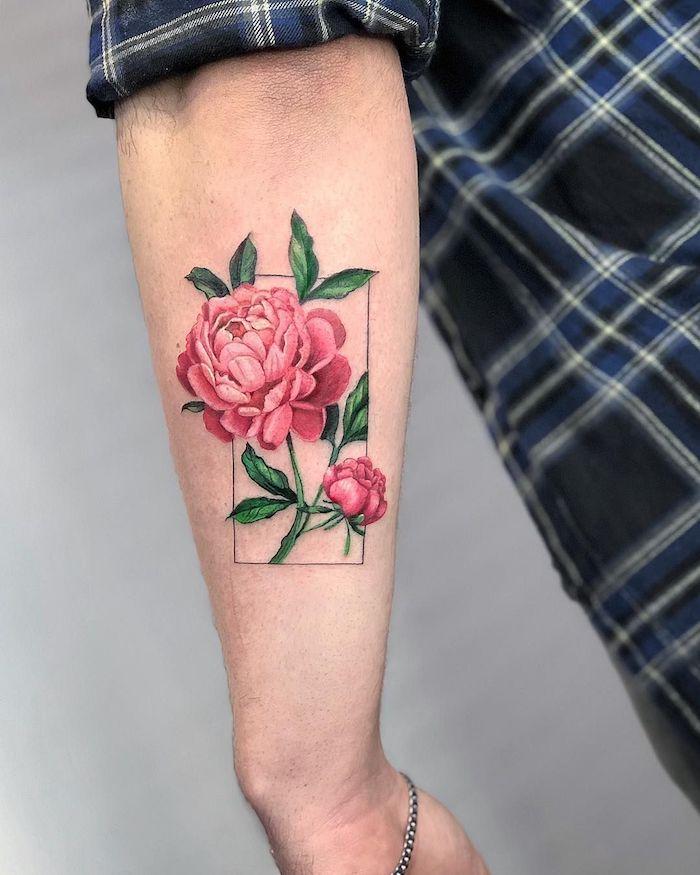 un homme en chemisier a carreaux avec tatouage pivoine sur l avant bras