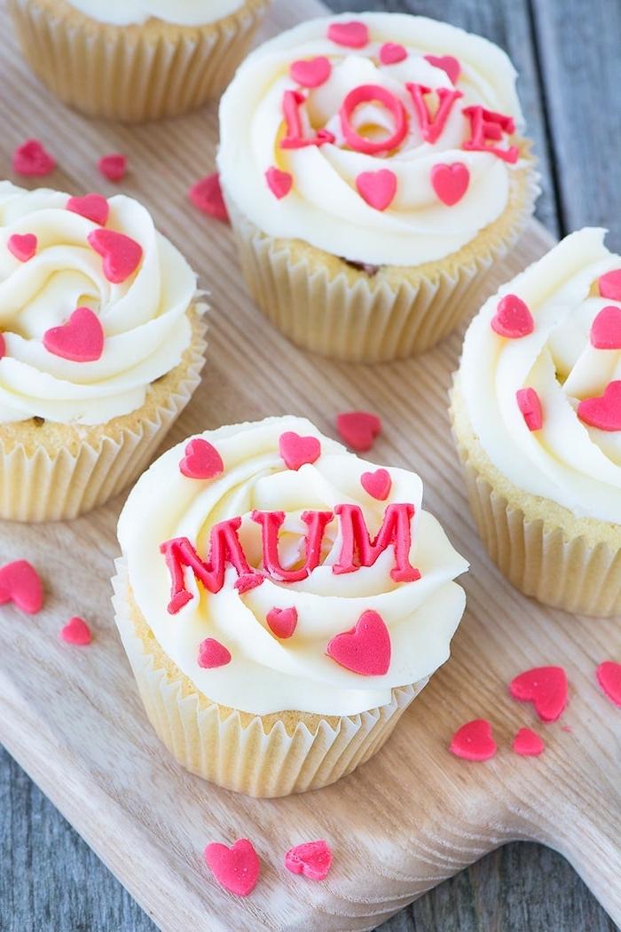 un petit gateau pour maman facile avec ds coeurs et des messages roses en sucre