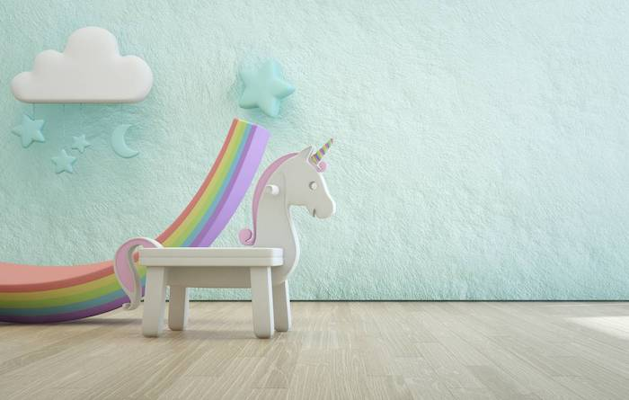 un petit licorne blanc en bois dans une chambre d enfant