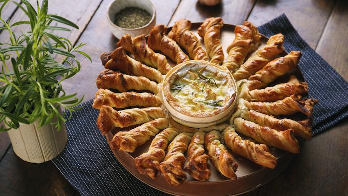un plat a partager tart soleil au camembert avec de pate feuilleté un pot avec romarin frais a coté