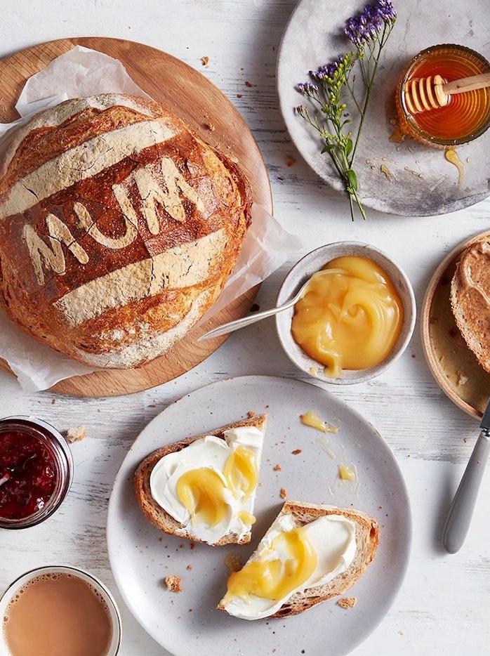 un repas pour fete des meres dessert facile et rapide et original un pain avec des lettres et tartine dans une assiette