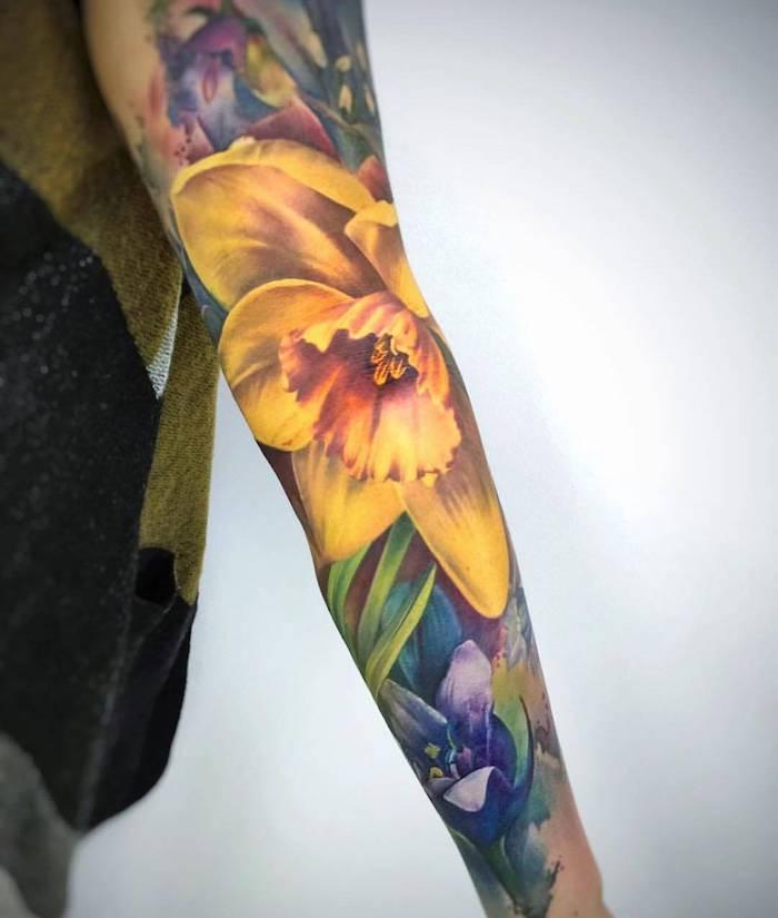 un taoutage type manche sur le bras entier avec dessin de narciss enorme