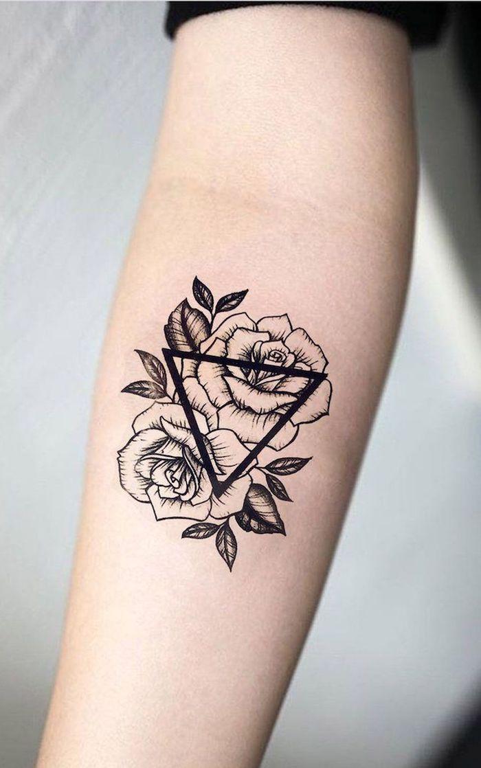 un tatouage fleur avec deux roses et un triangele ornement sur l avant bras