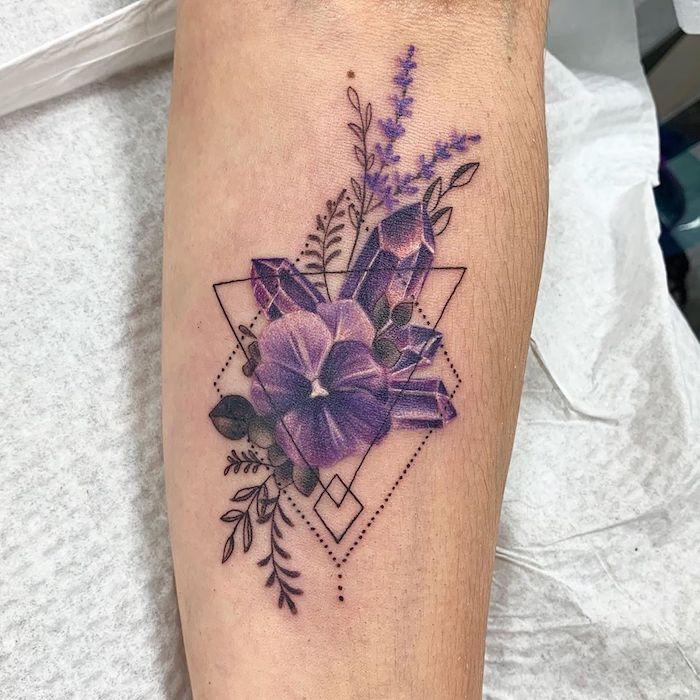 un tatouage fleur minimaliste avec des violets des ametystes et formes géometriques