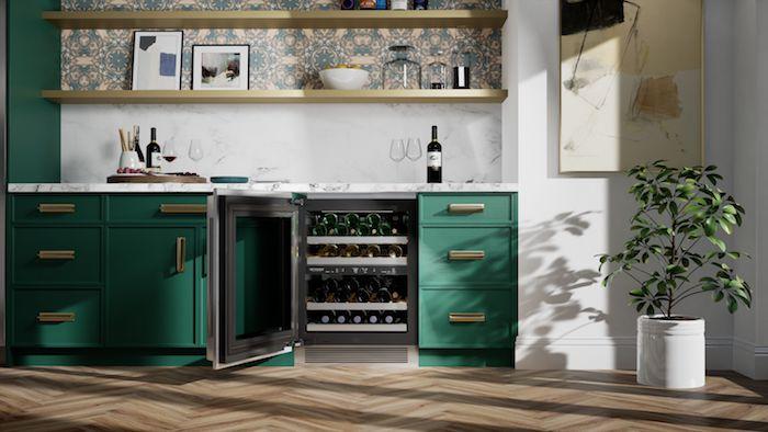 une cuisine de véranda avecdes meubles en turquoi et un frigo de signature pour bouteilles
