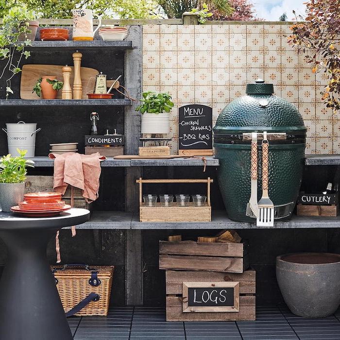 une cuisine extérieure avec beaucoup d outils et des condiments devant une crédence en tuile a motifs