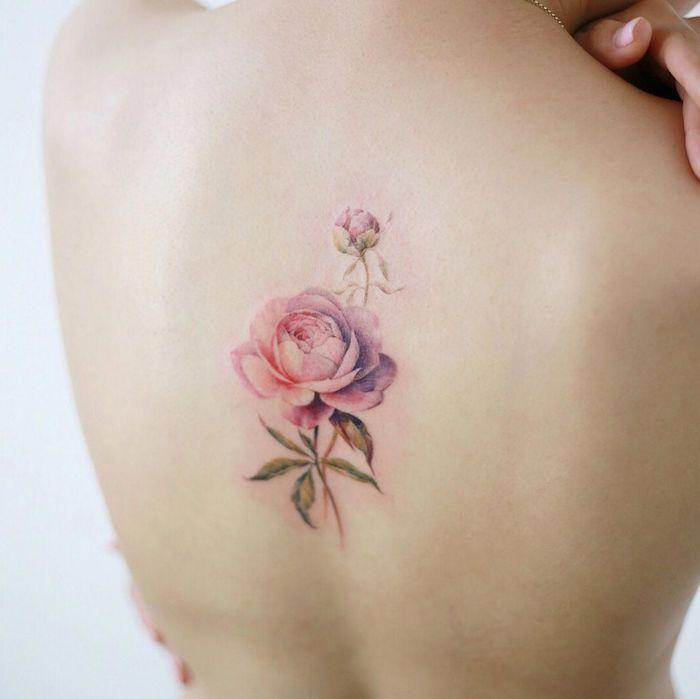 une femme ave tatouage pivoine sur le dos couleurs claires
