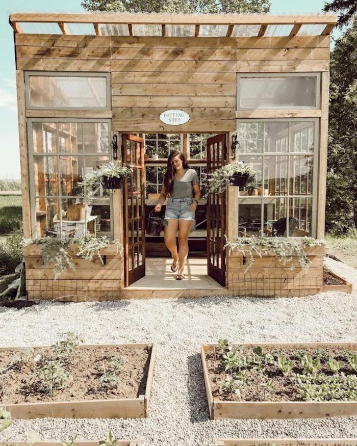 une femme en short devant une construction en bois dans le jardin