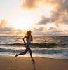 une femme en short jean cours a la plage a la leve de soleil