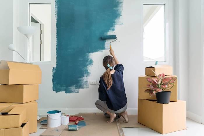 une femme qui peint les murs
