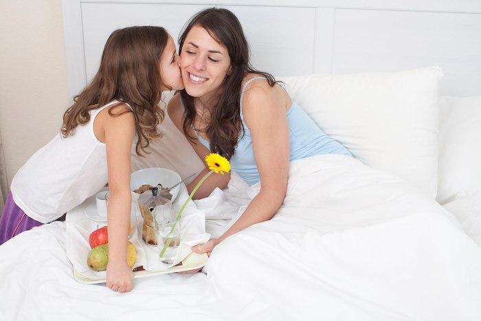 une fille offre a sa maman cadeau fete des meres fait main