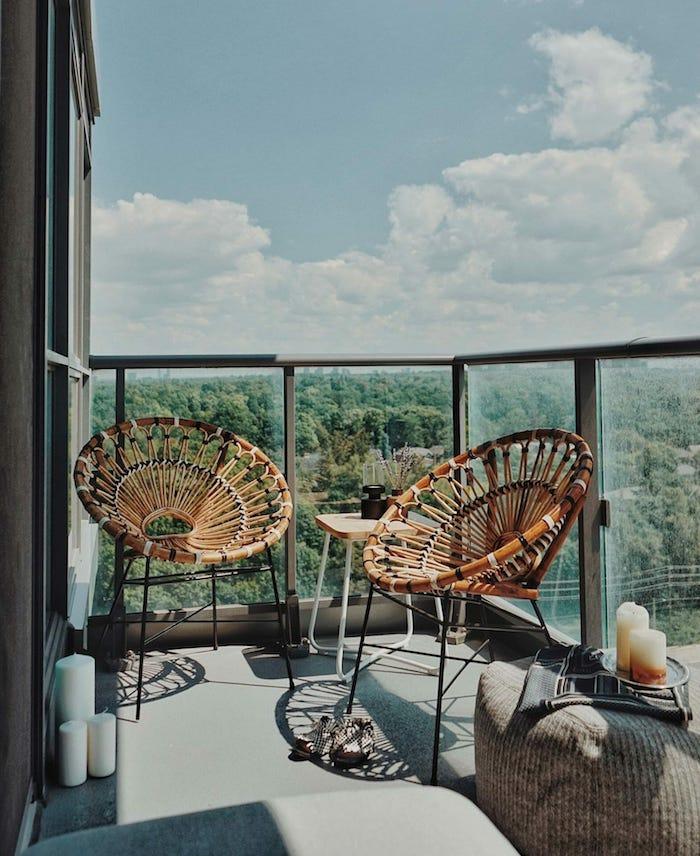 une idée d aménagment d un balcon avec meuble année 70 fauteuil en rotin